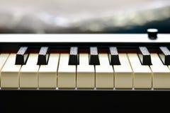 Ключи цифрового рояля, мягко фокусировать, творческого настроения импровизации человека и творческих способностей стоковое изображение rf