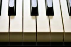Ключи цифрового рояля, мягко фокусировать, творческого настроения импровизации человека и творческих способностей стоковое изображение