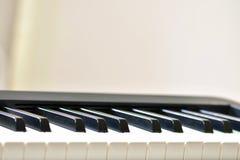 Ключи цифрового рояля, мягко фокусировать, творческого настроения импровизации человека и творческих способностей стоковая фотография rf