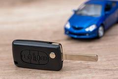 ключ автомобиля и голубая игрушка автомобиля стоковые изображения rf