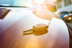 Ключ автомобиля на новом автомобиле стоковое изображение