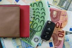 Ключ автомобиля на одной куче банкнот евро как концепция автомобиля финансовая Стоковое фото RF