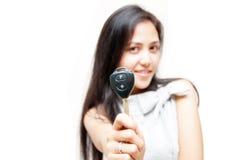 Ключ автомобиля на руке женщины Стоковое Фото