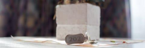 Ключ 202 гостиницы на таблице стоковые изображения