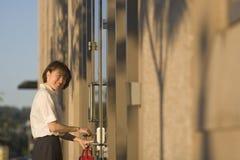ключ двери opnening vertictal женщина Стоковое фото RF