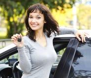 ключ девушки автомобиля счастливый Стоковые Изображения