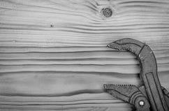 Ключ для труб на деревянном столе Стоковое фото RF