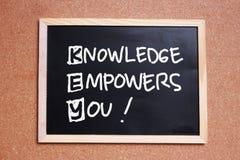 КЛЮЧ, знание уполномочивает вас, цитаты дела мотивационные вдохновляющие стоковые фотографии rf
