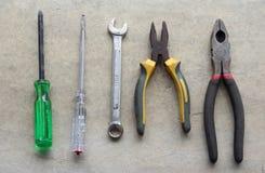 Ключ инструментов Grunge домашний на поле цемента Стоковые Фотографии RF