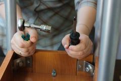 Ключ и отвертка гнезда в руки рабочего класса Стоковые Изображения RF