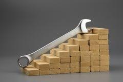 Ключ на деревянных шагах водя вверх, покрытый хромом металл стоковые фотографии rf