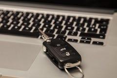 Ключ на клавиатуре компьютера, ключ автомобиля конца upcar на компьютере Стоковое Изображение RF