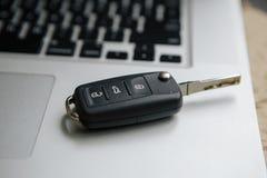 Ключ на клавиатуре компьютера, конец автомобиля вверх Стоковое Изображение