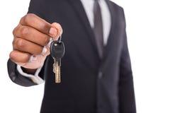 Ключ непознаваемого человека предлагая к вашей мечте Стоковая Фотография RF
