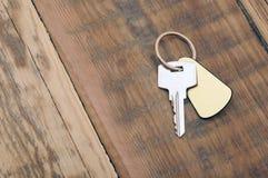 Ключ с пустым золотистым ярлыком Стоковое фото RF