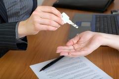 ключ дома руки имущества агента над реальным Стоковое фото RF