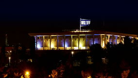 Кнессет с флагом летания развевая Израиля на ноче сток-видео