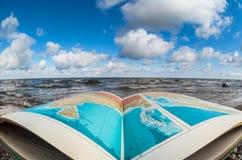 Книга атласа на seashore стоковое фото