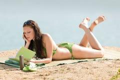 книга бикини пляжа ослабляет женщину лета стоковая фотография rf