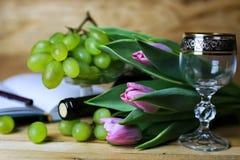 Книга бутылки вина и виноградина стекла Стоковое Изображение RF