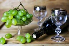 Книга бутылки вина и виноградина стекла Стоковые Фотографии RF