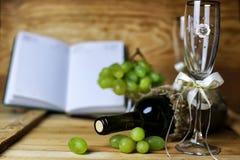 Книга бутылки вина и виноградина стекла Стоковая Фотография RF