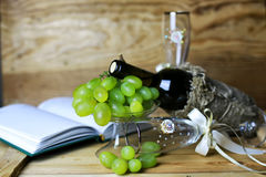 Книга бутылки вина и виноградина стекла Стоковая Фотография