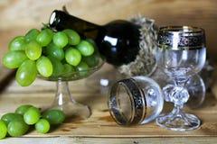 Книга бутылки вина и виноградина стекла Стоковые Изображения