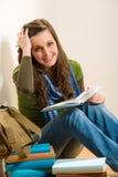 Книга владением женщины подростка студента Стоковая Фотография