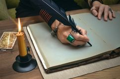 Книга волшебства Будущее чтение Карточки Tarot на концепции рассказчика удачи стоковые фотографии rf