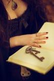 Книга волшебства чтения Стоковые Фотографии RF