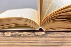 Книга вызывает крупный план на деревянной предпосылке Стоковые Фотографии RF