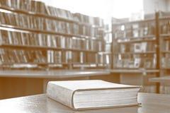 Книга в библиотеке на деревянном столе стоковые фото