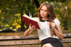 Книга в парке Стоковые Фотографии RF