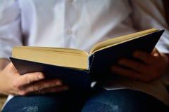 Книга в руке Стоковые Фотографии RF