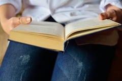 Книга в руке Стоковое фото RF