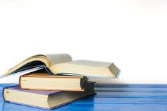 Книга в твердом переплете крупного плана изолированная на белизне Стоковая Фотография RF