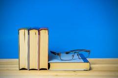 Книга в твердом переплете крупного плана на голубой предпосылке Стоковое Фото