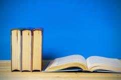 Книга в твердом переплете крупного плана на голубой предпосылке Стоковые Фотографии RF