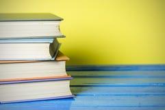 Книга в твердом переплете крупного плана на желтом цвете Стоковая Фотография RF