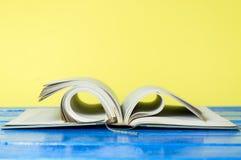 Книга в твердом переплете крупного плана на желтом цвете Стоковые Фотографии RF