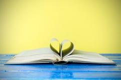 Книга в твердом переплете крупного плана на желтом цвете Стоковые Изображения RF