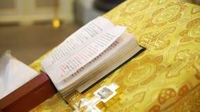 Книга в церков сток-видео