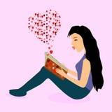 Книга влюбленности чтения брюнет Стоковые Фото