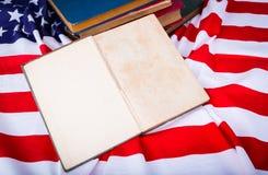Книга года сбора винограда открытая на американском флаге красивом Стоковое фото RF