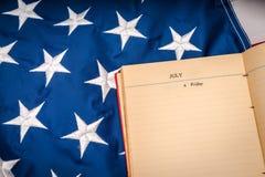 Книга года сбора винограда открытая на американском флаге Стоковая Фотография RF