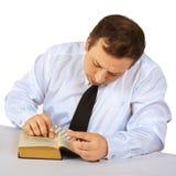 книга держит человека читает таблетки Стоковая Фотография