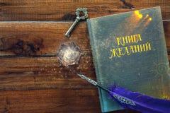 Книга желаний, пера и кристалла на деревянной предпосылке Стоковое Изображение