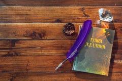 Книга желаний, пера и кристалла на деревянной предпосылке Стоковые Фотографии RF
