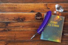 Книга желаний, пера и кристалла на деревянной предпосылке Стоковое Изображение RF